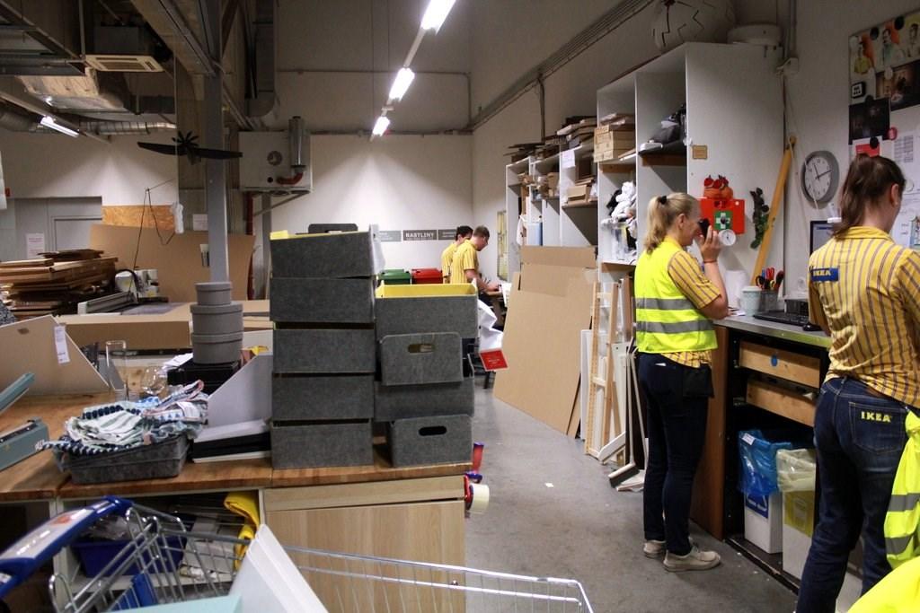 8f92a0f4c Pracovisko slúži aj na prebaľovanie poškodených obalov z nových kusov  nábytku.